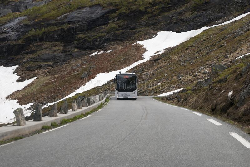 公共汽车和山路 图库摄影