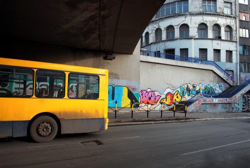 公共汽车在桥梁下 库存照片