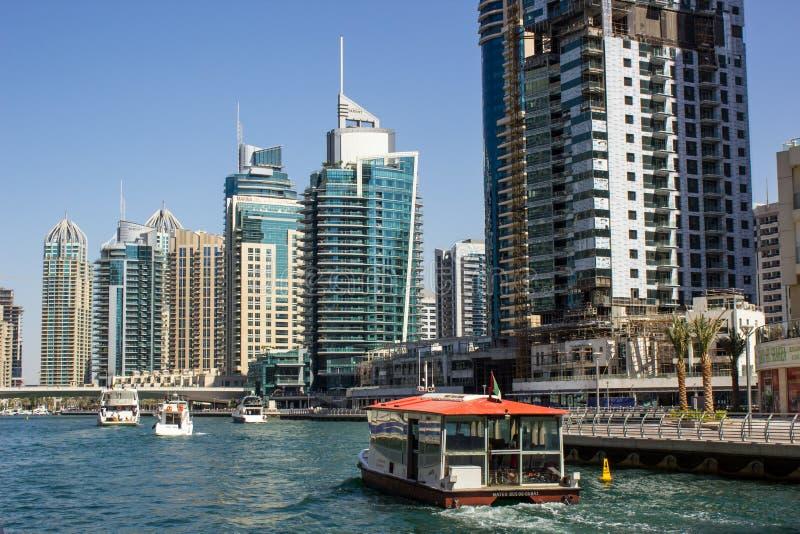 水公共汽车在迪拜小游艇船坞 免版税库存图片