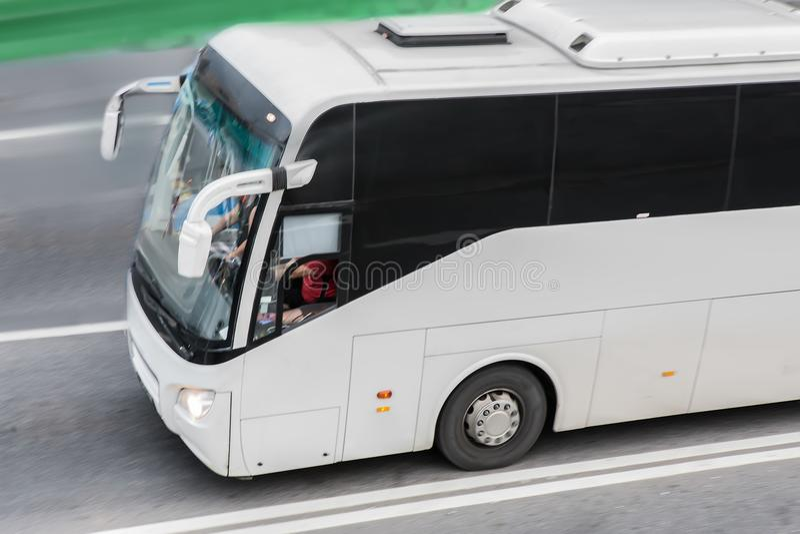 公共汽车在高速公路去 库存照片