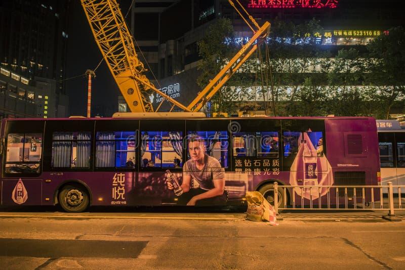 公共汽车的屋顶似乎有安装的一辆巨大的钢公共汽车,夜视图 库存照片