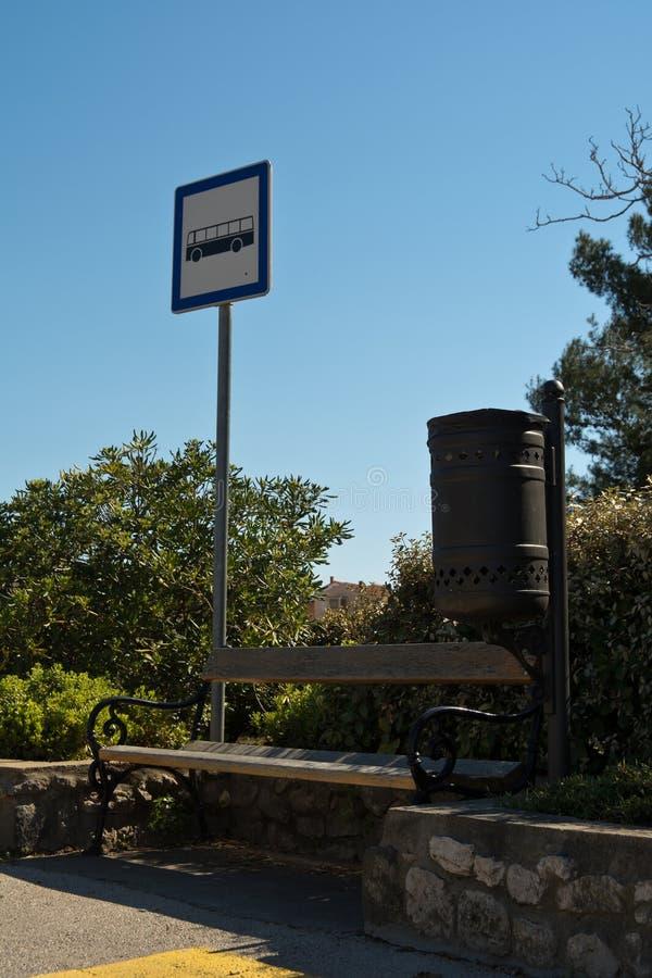 公共汽车站标志和蓝天 库存照片