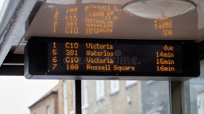 公共汽车站电子时间表显示 TFL伦敦 库存照片
