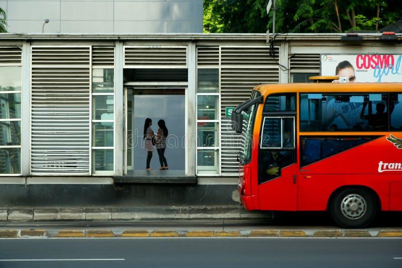 公共汽车站等待 免版税图库摄影