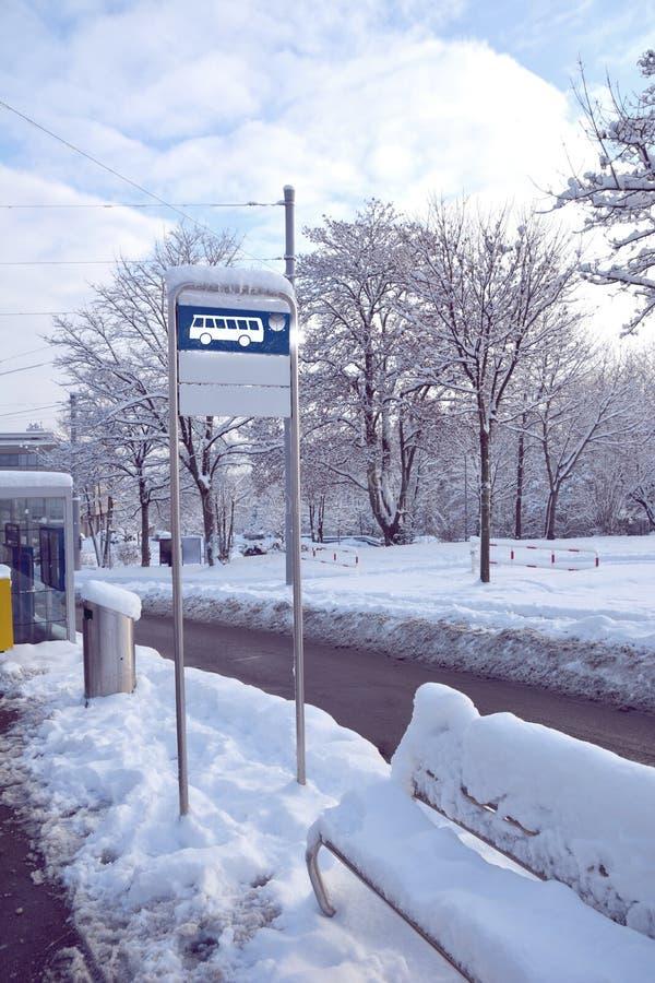 公共汽车站签到雪 免版税库存图片
