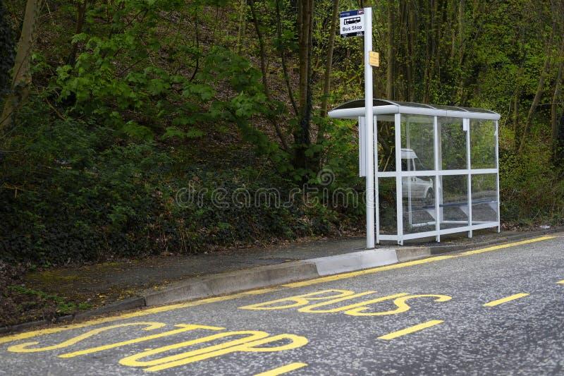 公共汽车站风雨棚农村乡下英国公共交通工具自由的旅行领抚恤金者资深人通勤 库存照片