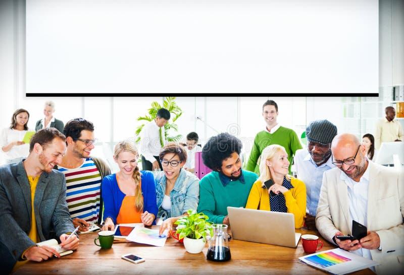 公务便装人办公室运作的讨论队概念 免版税图库摄影