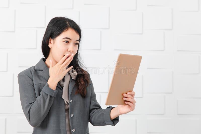 公务便装的亚裔夫人,在手中压片 免版税库存照片