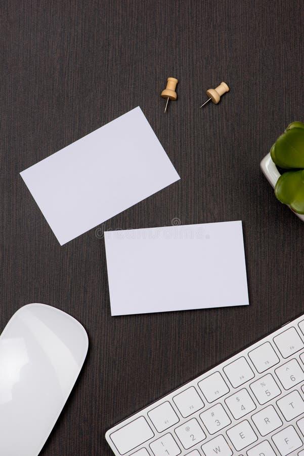 公司与名片空白的文具烙记的大模型 免版税库存图片
