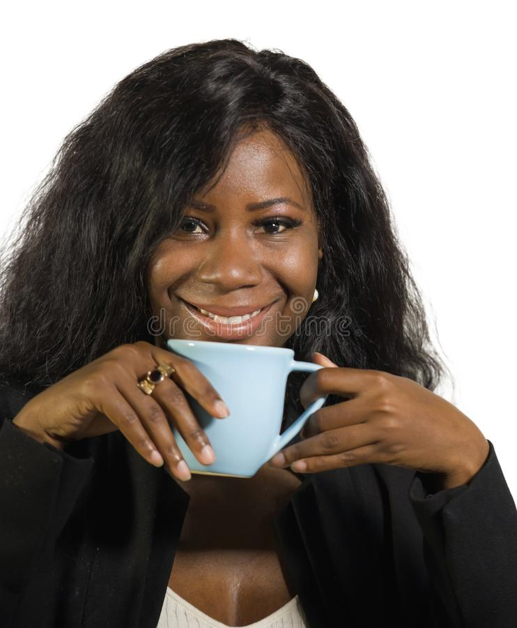 公司业务画象年轻美丽和成功的黑人美国黑人的女实业家饮用的咖啡微笑确信 免版税图库摄影