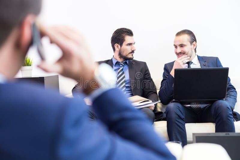 公司业务队和经理在业务会议上 免版税图库摄影