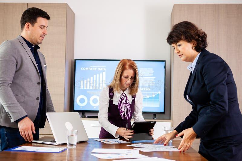 公司业务队和经理在会议,关闭 图库摄影
