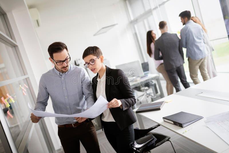 公司业务队和经理在会议 库存图片