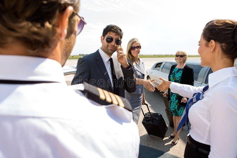 公司人民招呼飞行员和空中小姐在 免版税库存照片