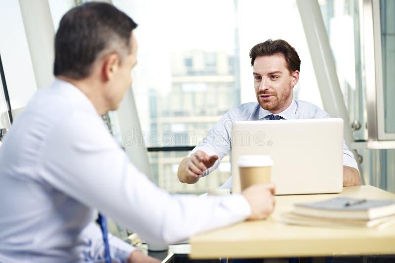 公司人民谈论事务在办公室 免版税库存照片