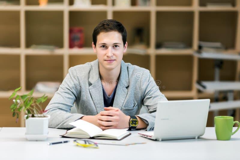 年轻公司实习生画象在舒适工作地点 库存图片