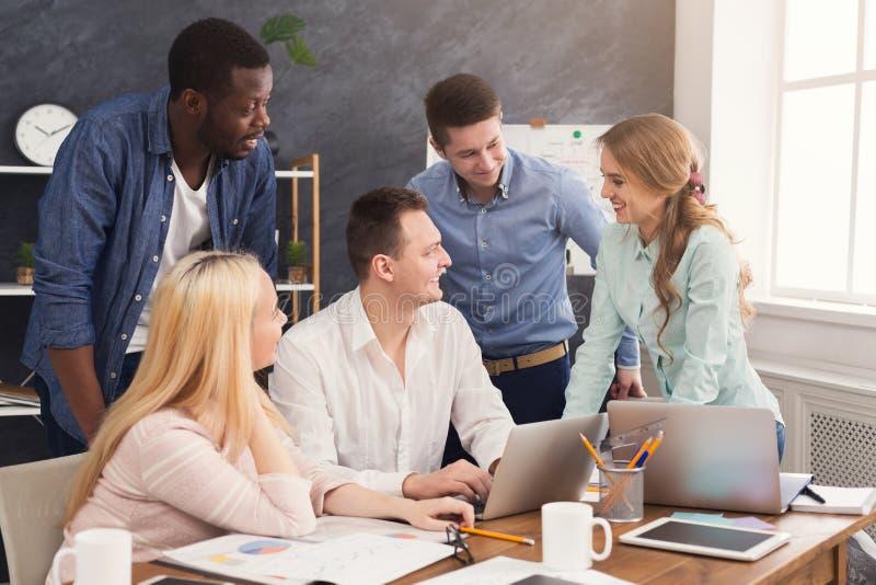 公司工友谈论想法在办公室 免版税库存图片