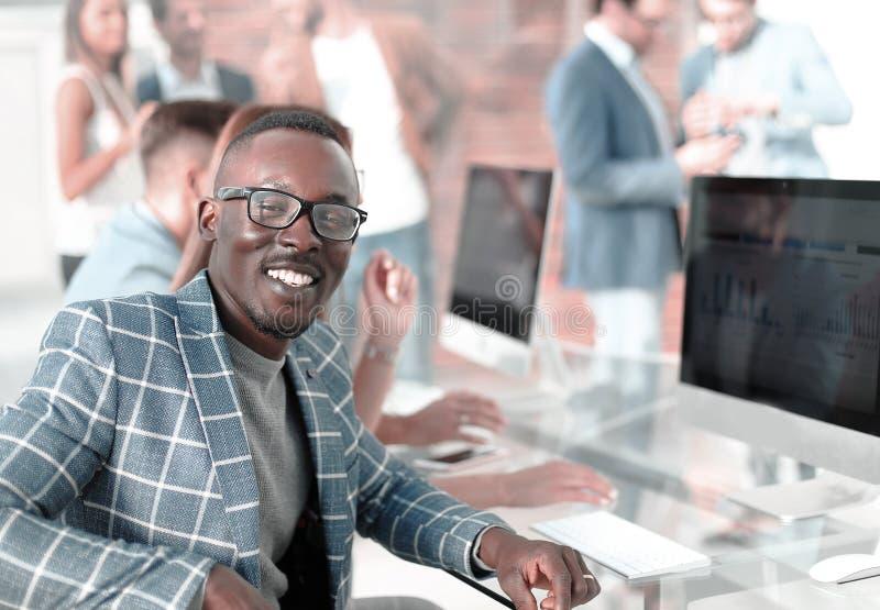 公司的一名成功的雇员的画象 免版税库存照片