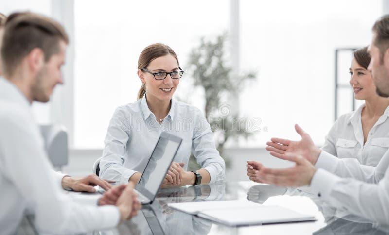 公司的专家谈论一个新的企业项目的想法 库存照片