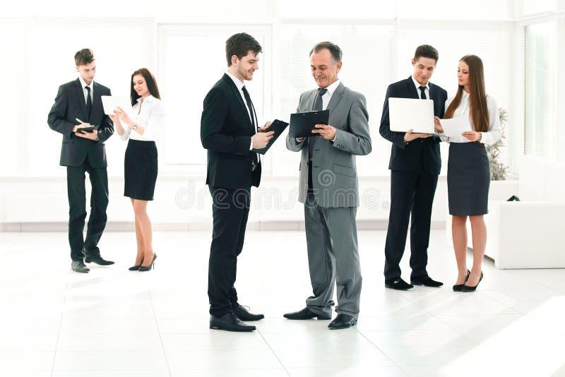 公司的雇员准备开始业务会议 免版税库存照片