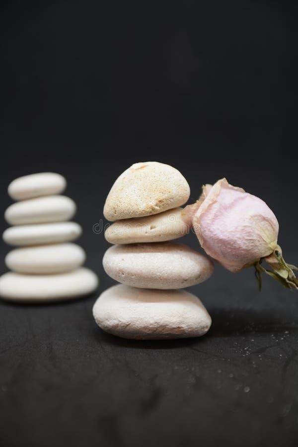 公司禅宗石头和凝思小卵石耸立为身心塔石头禅宗放松 库存照片