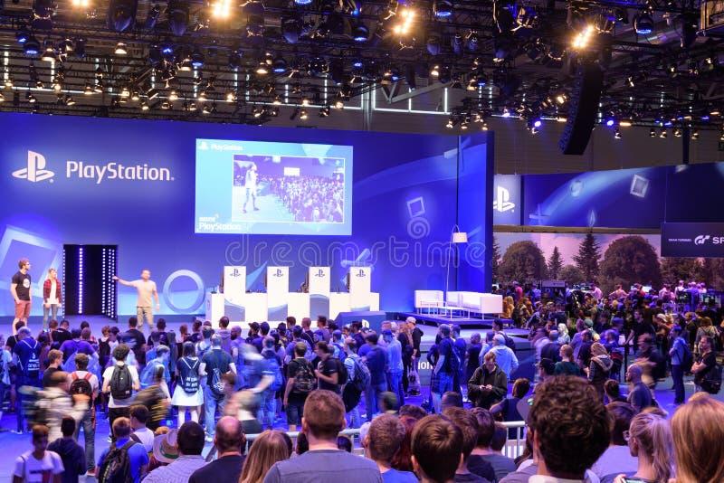 公司索尼的Playstation介绍在人群前面的 免版税库存照片