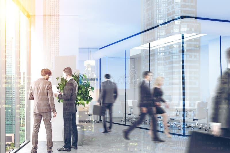 公司雇员是走和谈话在有白色和玻璃墙、水泥地板和全景窗口的一个现代办公室 向量例证