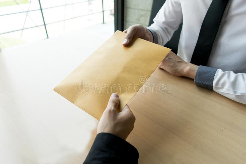 公司雇员通过带来金钱是腐败给公司的人力资源部 允许他 免版税库存照片