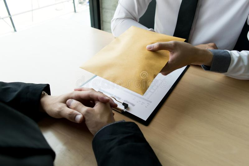 公司雇员通过带来金钱是腐败给公司的人力资源部 允许他 免版税库存图片