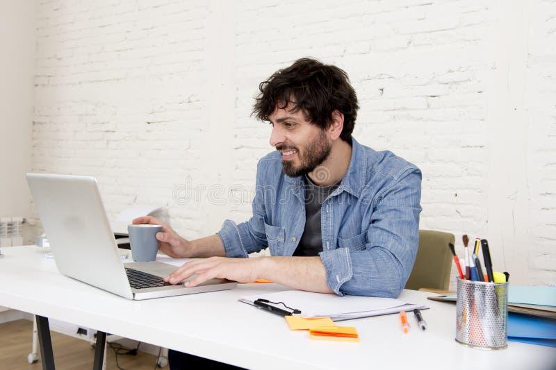 公司画象年轻西班牙可爱的行家商人与计算机现代家庭办公室一起使用 库存图片
