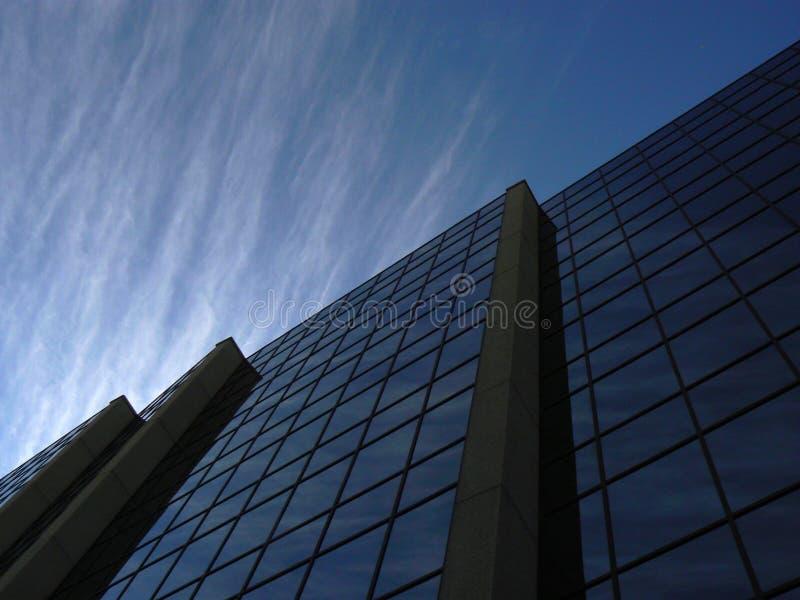公司Cloudscape在商业办公楼反射了在温尼培加拿大 免版税库存照片