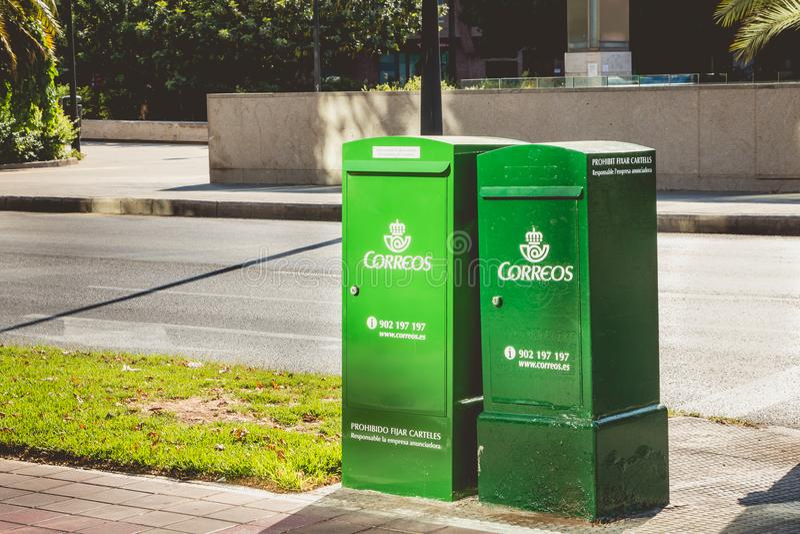 公司Correos的绿色邮件箱子 库存照片