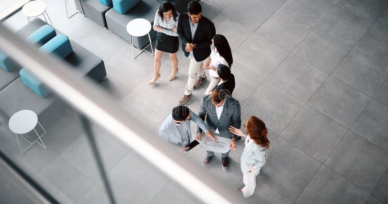 公司teamworking的同事在现代办公室 免版税库存照片