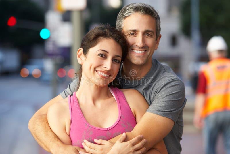 公和母赛跑者画象在都市街道上的 免版税库存照片