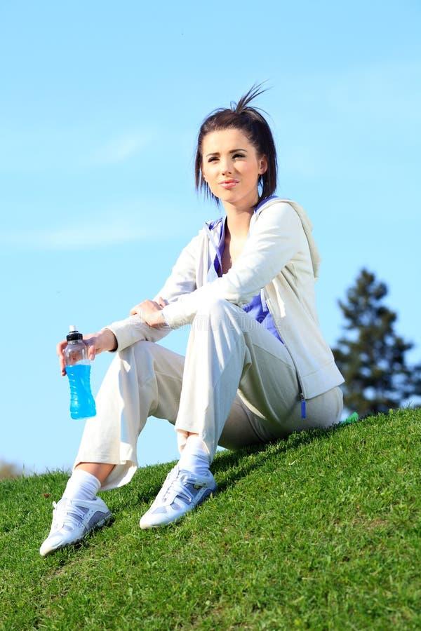 公园休息的妇女 免版税图库摄影