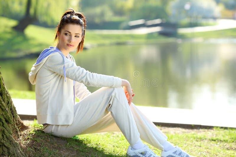 公园休息的妇女 免版税库存图片