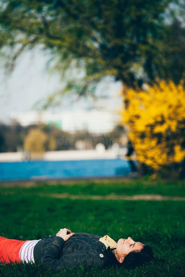 Download 公园休息 库存图片. 图片 包括有 健康, 自由, 公园, 妇女, 生活方式, 位于, 宁静, 放松, 方便 - 62531845
