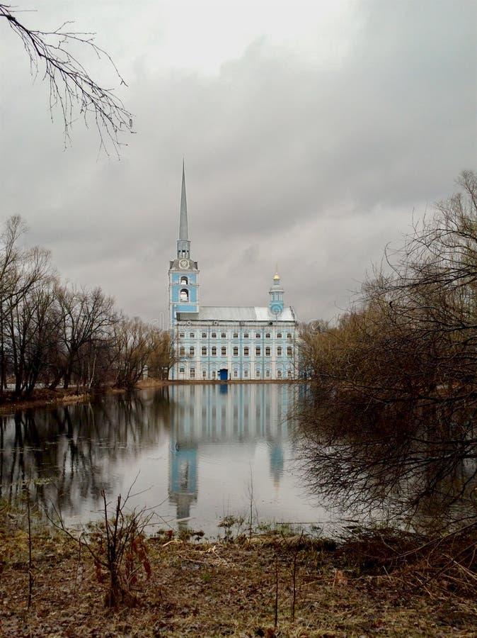公园和18世纪东正教圣彼得和圣保罗大教堂 库存照片