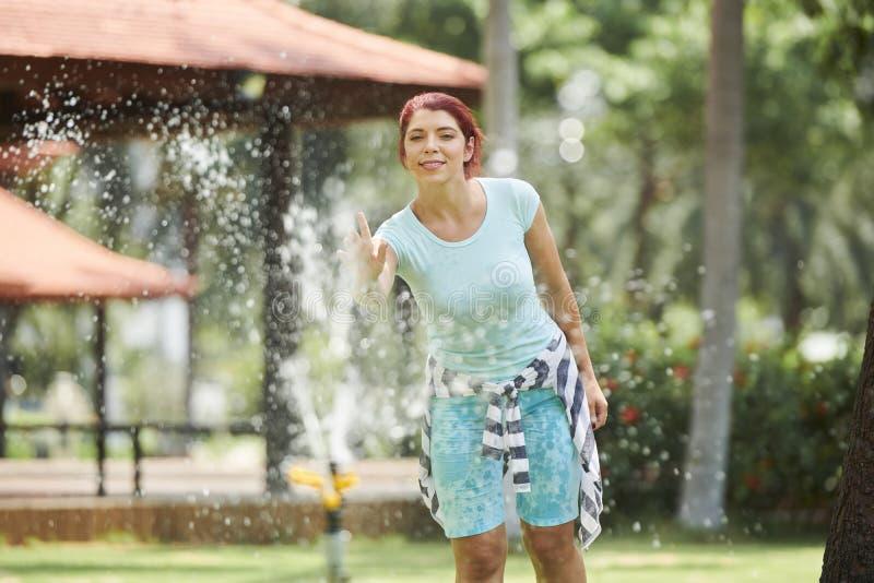 公园喷泉的快乐的妇女 库存照片