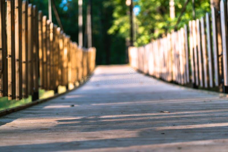 公园在一晴朗的秋天天-在它中间的木桥的五颜六色的照片 图库摄影