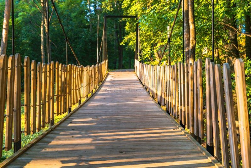 公园在一晴朗的秋天天-在它中间的木桥的五颜六色的照片 免版税图库摄影