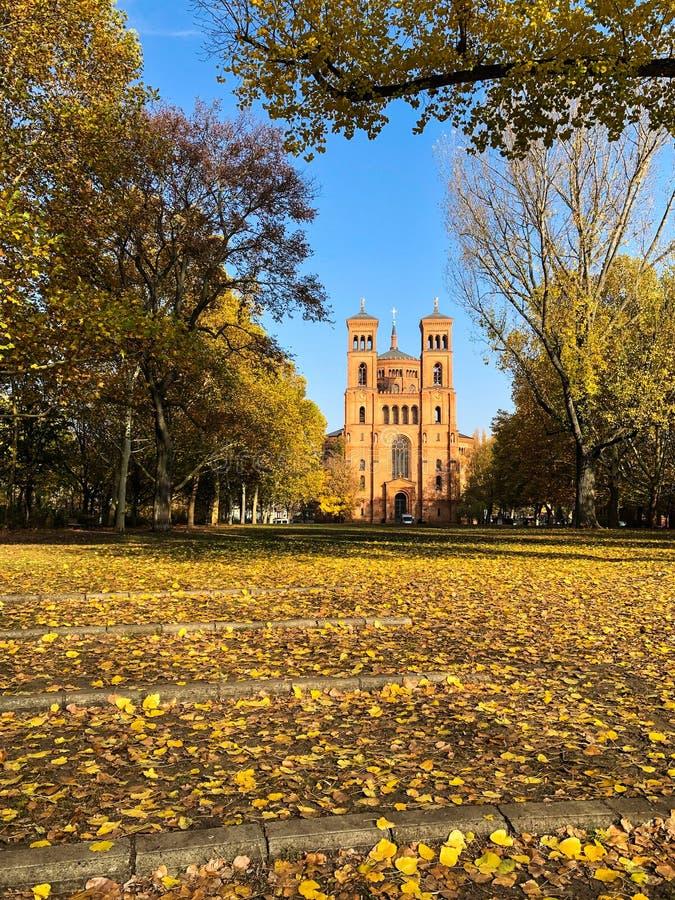 公园在秋天和圣托马斯教会在柏林,克罗伊茨贝格- 库存照片