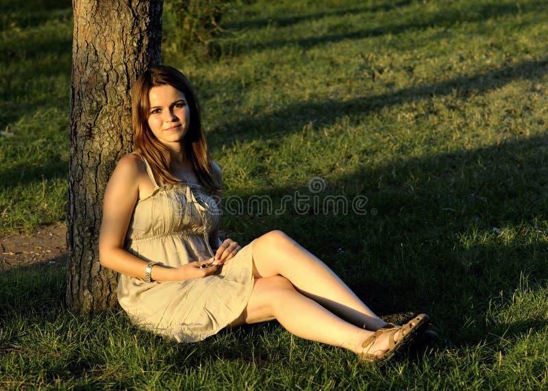公园坐的妇女 免版税库存照片