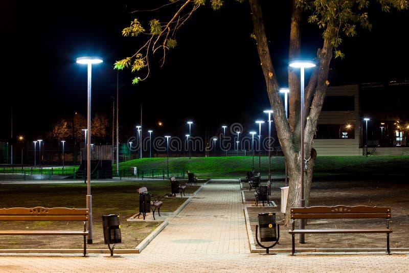 公园基础设施,夜照明设备 免版税库存图片