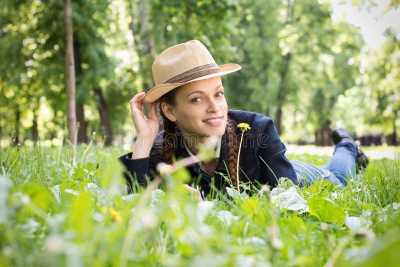 公园微笑的妇女 免版税库存照片