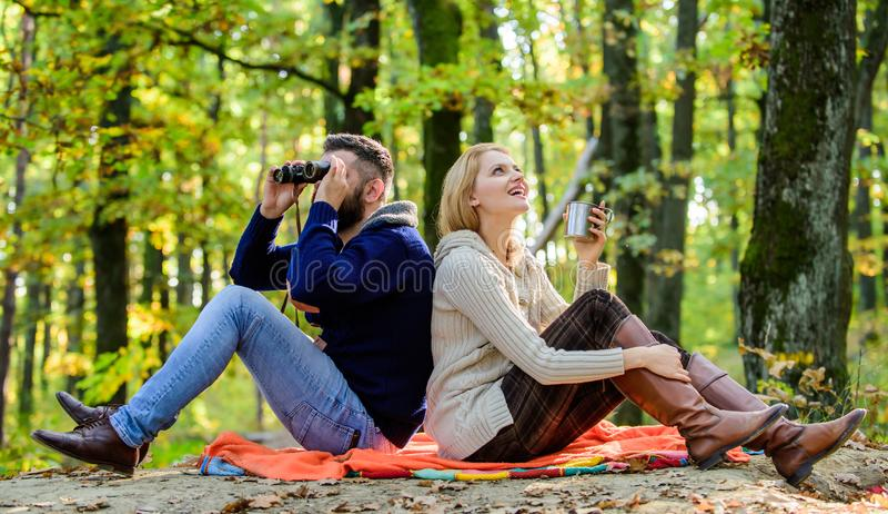 公园日期 一起放松在公园 一起放松在公园的愉快的爱恋的夫妇 在爱游人放松的夫妇 图库摄影
