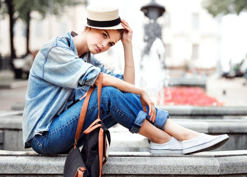 公园时尚城市样式的行家妇女 库存图片