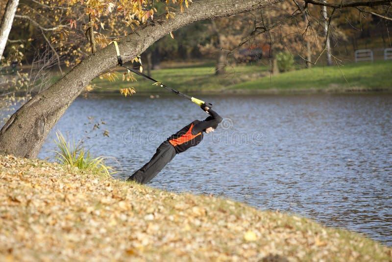 公园暂挂三头肌锻炼 图库摄影