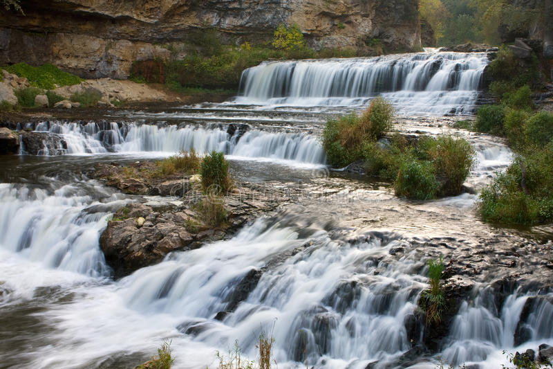 公园河状态瀑布杨柳 免版税图库摄影