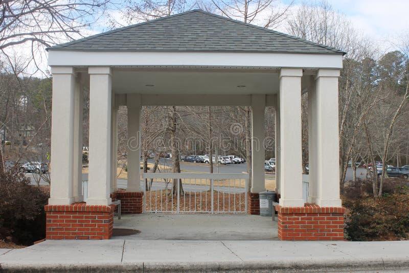 公园的一点白色房子 免版税库存照片